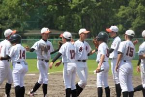 ベンチのみんなも、グラウンドでプレーしている選手を明るく迎えて 元気を与えます。 全員野球で戦いました。