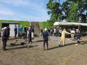6月16日は 朝8時から 父母の会の皆様の力を借りて、球場整備を行いました。