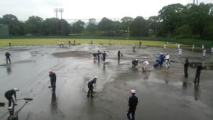 途中、雨が激しくなり 中断も挟みながら・・・ グラウンドコンディションの悪い中の試合になりました。