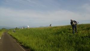7月28日は、球場とその周辺の草刈りを行いました。